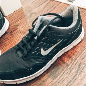 NWOT black nike tennis shoes